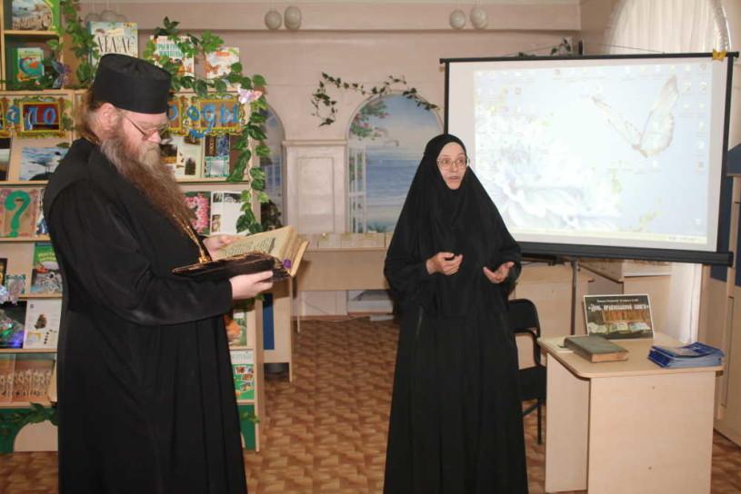 Слева на фото отец Алексей, справа на фото монахиня Макария